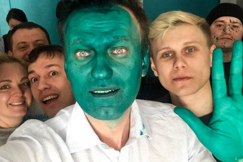 A Putin Opponent Is Doused in Green. He Makes It Work.