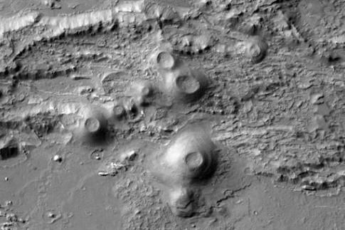 Junger Vulkanismus und hydrothermale Minerale auf dem Mars