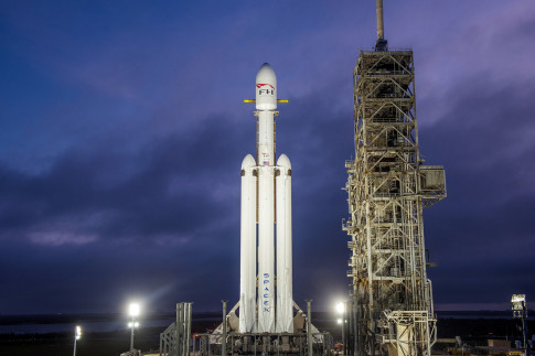SpaceX Confirms Its First Falcon Heavy Rocket Will Attempt a Triple Landing