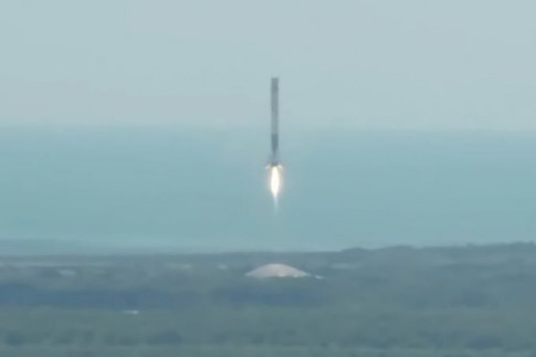 Videos: Falcon 9 lifts Dragon to Orbit, 1st Stage Returns to...