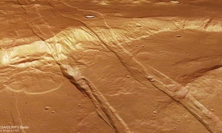 Aufgerissene Marskruste in Sirenum Fossae