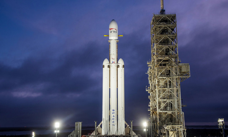 Behold! SpaceX`s 1st Falcon Heavy Rocket on the Launchpad (Photos, Video)