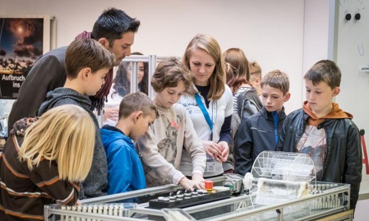 DLR_School_Lab: Schüler lernen Raumsonden steuern