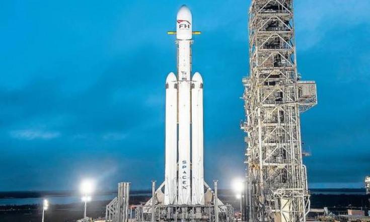 Stärkste Rakete der Welt trägt ein Auto ins All